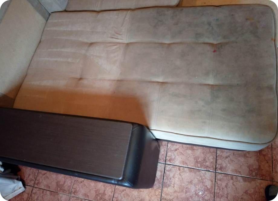 Грязный угловой диван